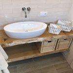 Waschbecken, Badezimmer, Holzunterschrank, weiße Fliesen